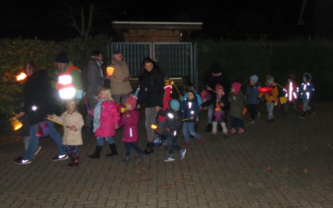 Leuchtende Laternen beim St. Martinsumzug der Kita Marienkäfer in Schravelen