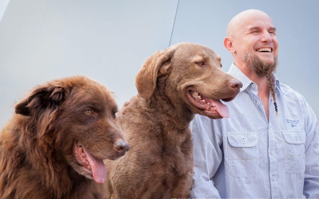 Holger Schüler mit seinen Hunden zu Gast im Konzert- und Bühnenhaus: Tipps zur Verständigung zwischen Hund(en) und Herrchen