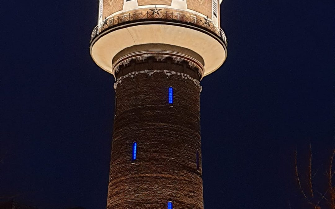 Kevelaerer Wasserturm leuchtet im weiß-blauen Licht